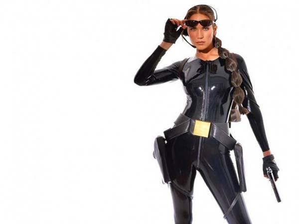 Lucy Clarkson wspomagała promocję gry Tomb Raider Chronicles wcielając się w Larę Croft.